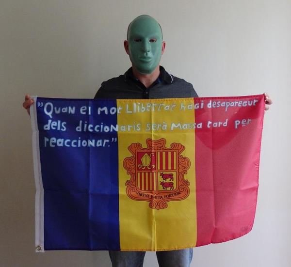 Mister X and his flag with the sentence in Catalan.